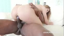 Negão arrombou o cu da novinha em vídeo pornô