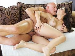 Site porno em HD com padrasto comendo cu de enteada