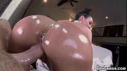 Mulher cuzuda gostosa dando a buceta meladinha