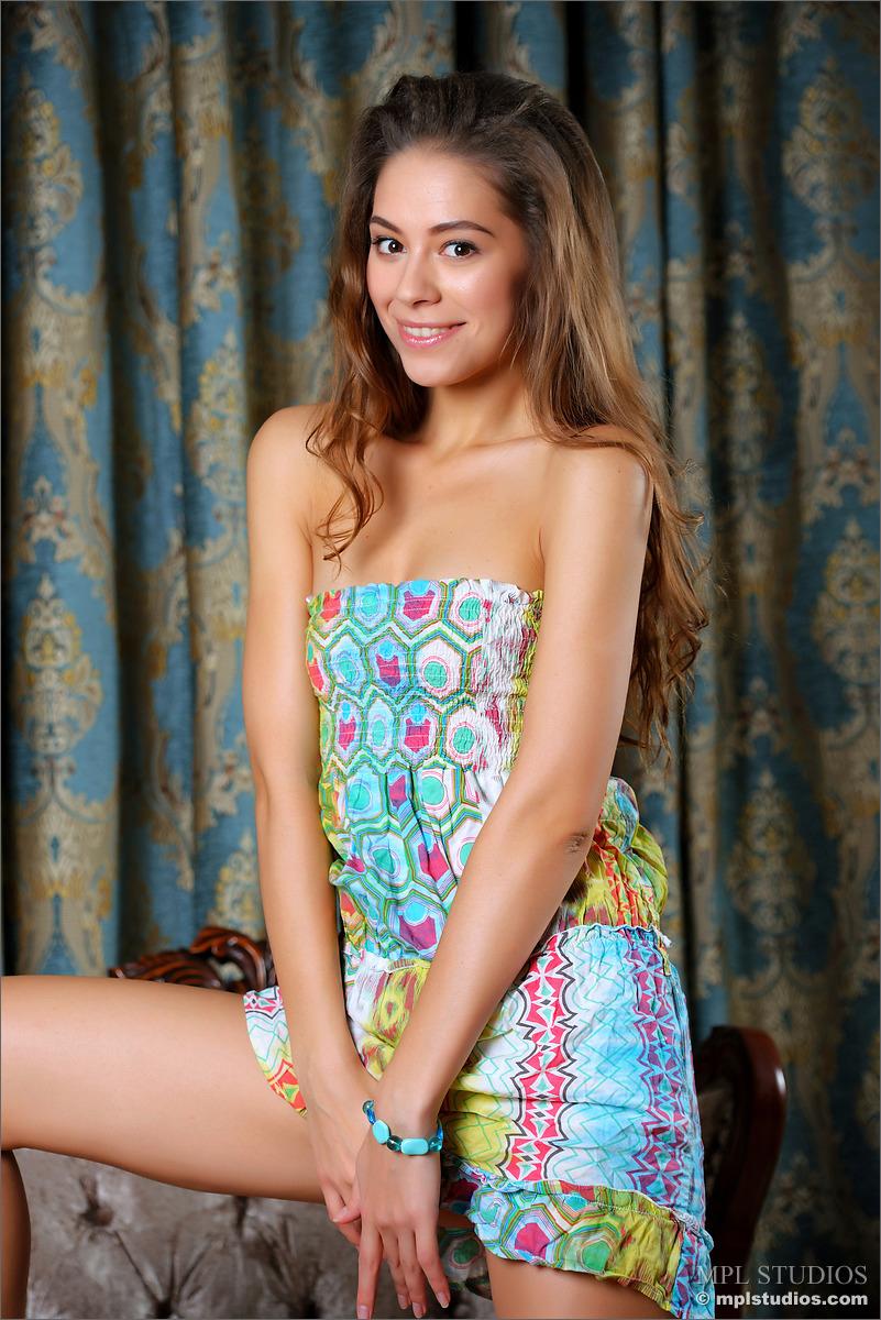 Novinha linda adorável em fotos de nudez mostrando a