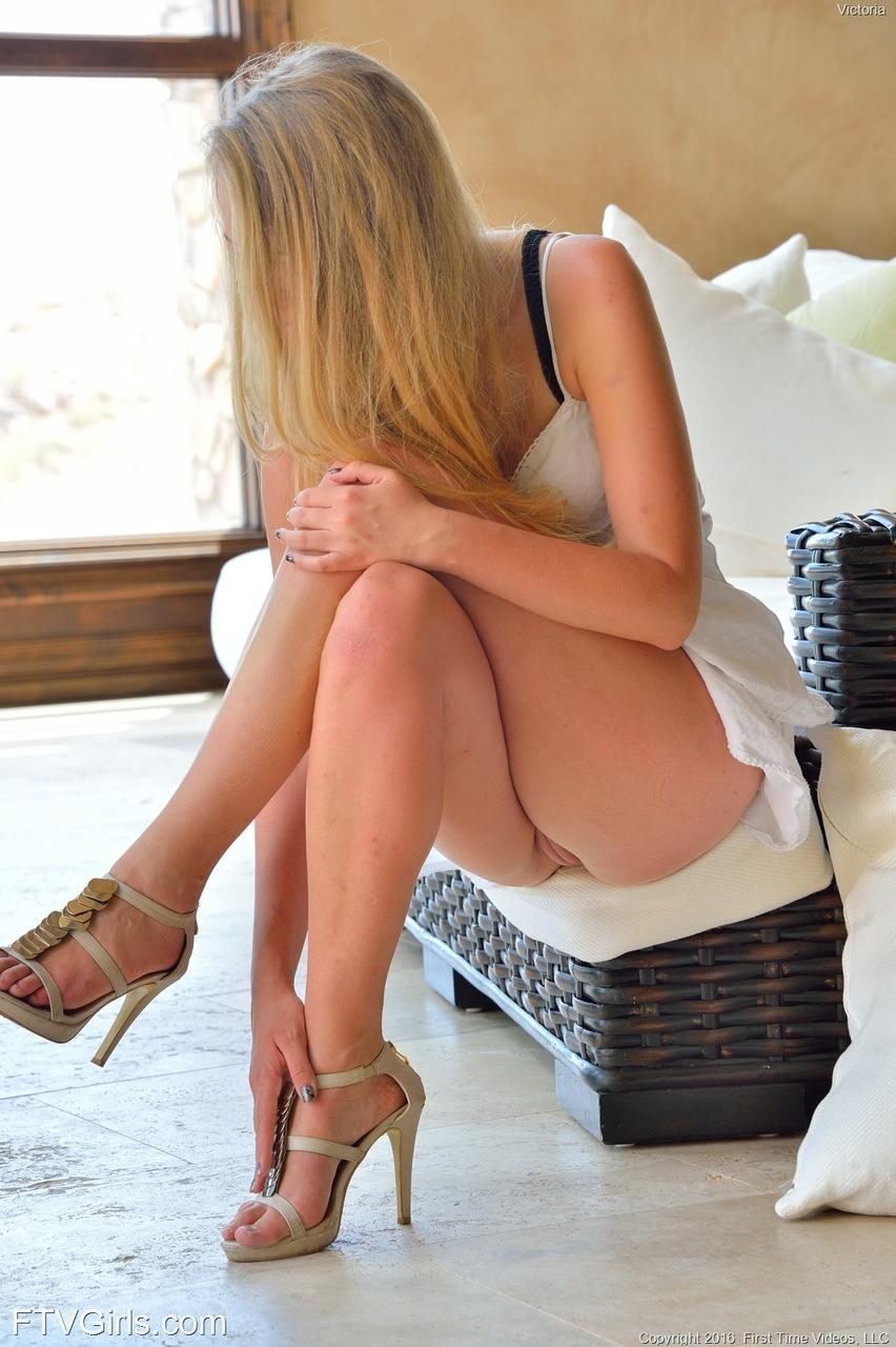 Branquinha gostosa mostrando buceta em fotos amadora