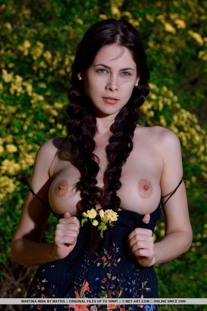 Fotos novinha branquinha charmosa se exibindo nua pra camera