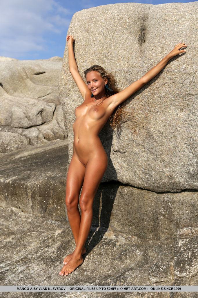 Gostosa loira na praia peladinha mostrando sua xoxota em video porno