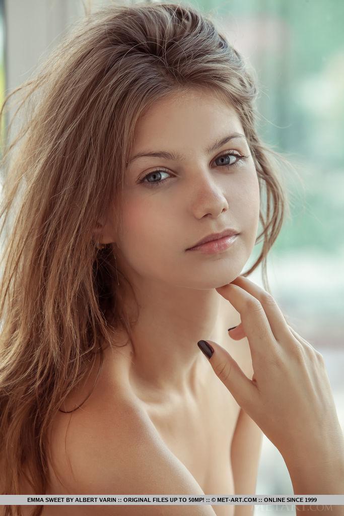 Mulheres gostosas nuas com olhar sensual tirando a roupa na frente da camera